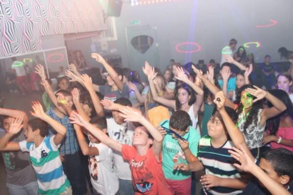 ילדים מקריית אונו רוקדים בבת מצווה במועדון פעם בחיים