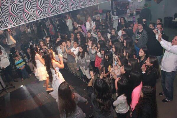 נערים רוקדים בחגיגת בת מצווה במועדון בסביון