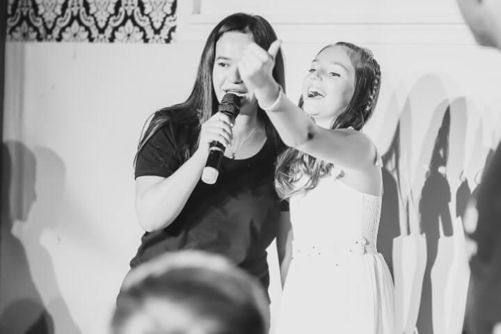 נערת בת מצווה במסיבה במועדון פיץ' קלאב