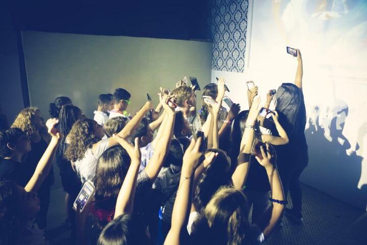 ילדים מצלמים סלפי במסיבת בת מצווה