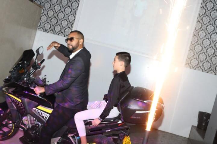 נער בר מצווה נכנס על אופנוע לפיץ' קלאב
