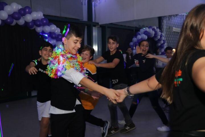 ילדים עם אביזרים בהפעלה במסיבה בפיץ' קלאב